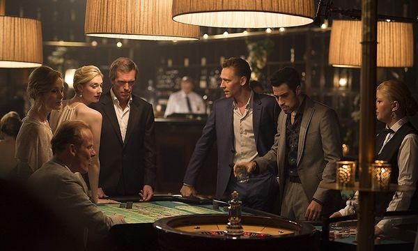 Bösewicht Hugh Laurie fällt auf einen Amateurspion (Tom Hiddleston) herein. / Bild: BBC