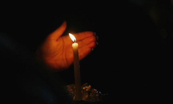 In Newtown wird mit Kerzen der Ermordeten gedacht. / Bild: REUTERS
