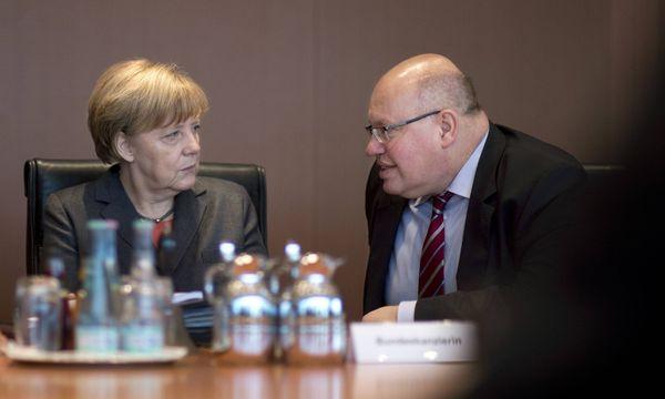 Die deutsche Kanzlerin Angela Merkel mit dem Chef des Kanzleramts Peter Altmaier. / Bild: (c) Imago
