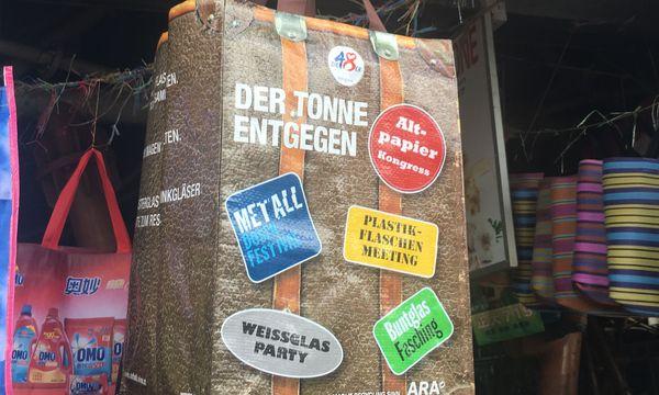 (c) Martin Stuhlpfarrer Auf Märkten finden sich auch Skurrilitäten wie eine Tasche der Wiener MA48, die nun Mauritier zur Mülltrennung auffordert.