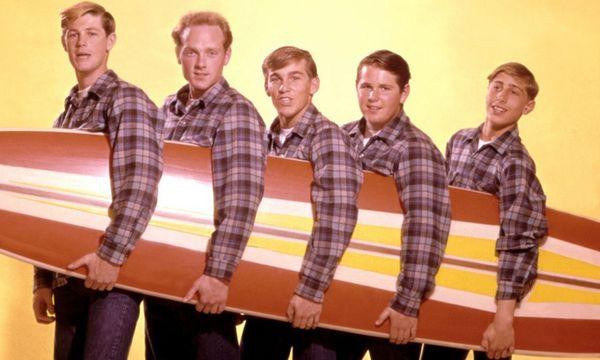 Damals, 1962, war Brian Wilson noch schlank – hinter ihm am Brett die anderen Beach Boys: Mike Love, Dennis Wilson, Carl Wilson, David Marks.  / Bild: (c)  Capitol Records