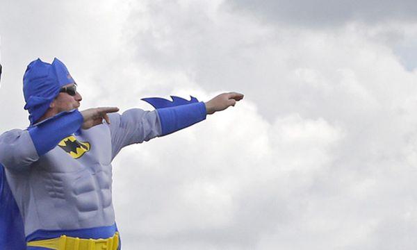 Symbolbild: Ein als Batman verkleideter Radsportfan am Rande der Tour de France / Bild: (c) AP (Christophe Ena)