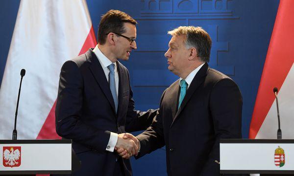 Polens Ministerpräsident, Mateusz Morawiecki (links), und Ungarns Premier, Viktor Orbán. / Bild: (c) APA/AFP/ATTILA KISBENEDEK (ATTILA KISBENEDEK)