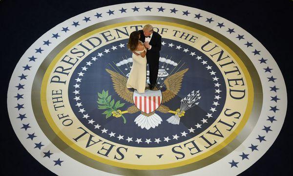 Morgen, Samstag, ist es 100 Tage her, seit Donald Trump als US-Präsident angelobt wurde (im Bild tanzt Trump mit Frau Melania beim Inaugurationsball am 20. Jänner).  / Bild: (c) APA/AFP/JIM WATSON (JIM WATSON)