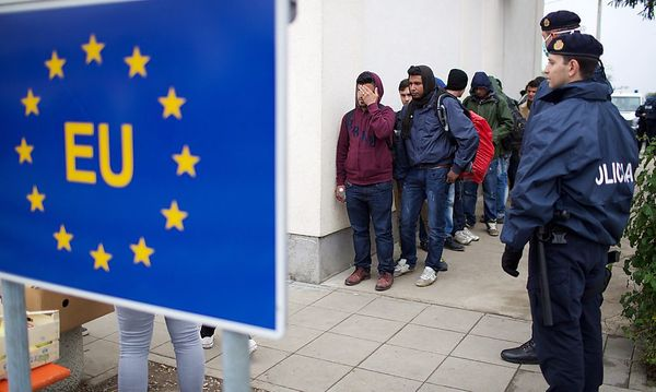 An der kroatisch-serbischen Grenze kommen täglich Tausende Menschen an. / Bild: (c) APA/EPA/STR