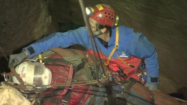 Höhlenforscher erblickt das Tageslicht / Bild: (c) Reuters (Reuters, JUN 19 RTV, BERGWACHT BAYERN, JUN 19)