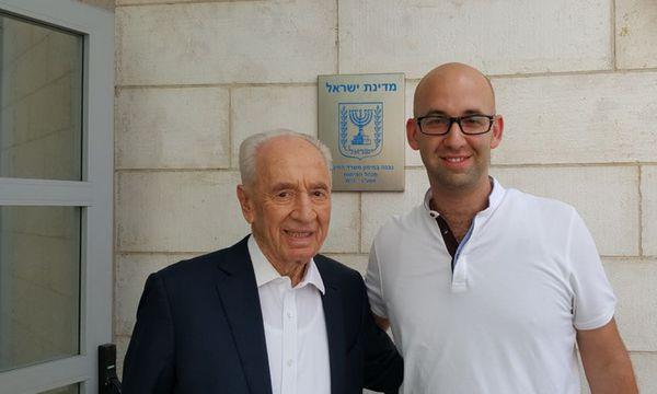 Drehte nicht nur Kerns Pizza-Video, sondern auch eines mit Israels verstorbenem Präsidenten Schimon Peres: Moshe Klughaft (re.). /