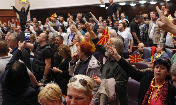 Demonstranten im mazedonischen Parlament / Bild: REUTERS