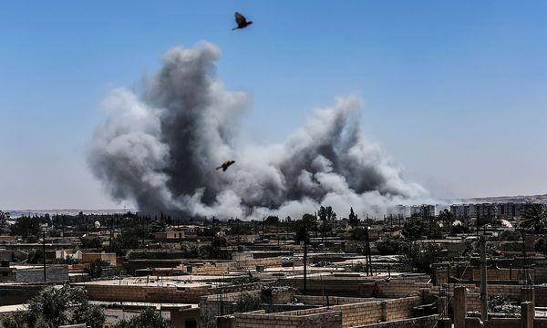 Bombenhagel auf die Stadt Raqqa in Syrien. / Bild: APA/AFP/BULENT KILIC