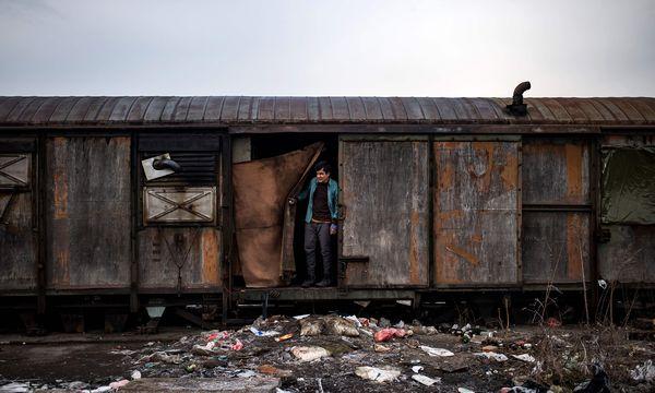 An den Grenzen Europas warten noch Tausende Flüchtlinge und hoffen, es irgendwie in die EU zu schaffen. Meist mit Hilfe von skrupellosen Schleppern.  / Bild: (c) APA/AFP/ANDREJ ISAKOVIC
