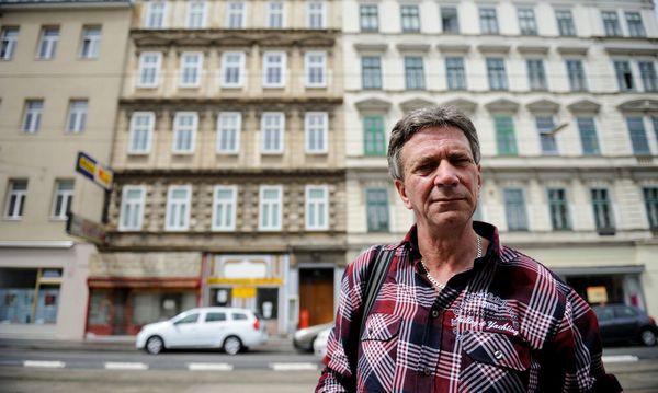 Altmieter Karl Vincenz vor dem Haus, das er nach 30 Jahren unfreiwillig verlassen musste. / Bild: Die Presse
