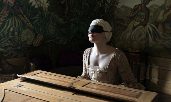 Maria Dragus als blinde Pianistin drückt dem Film mit nervösem Mienenspiel und erratischer Körpersprache ihren Stempel auf. / Bild: (c) Christian Schulz/Geyrhalterfilm (© Christian Schulz)