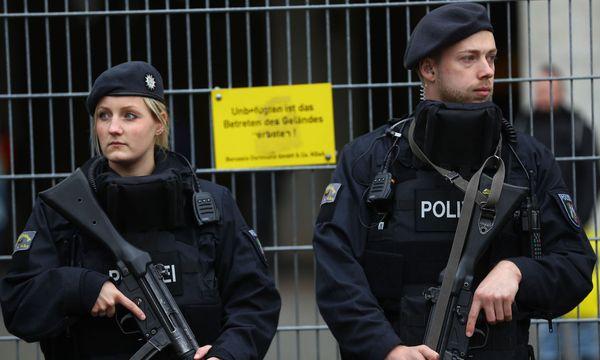 Polizeiaufgebot vor dem Stadion. / Bild: (c) REUTERS (Kai Pfaffenbach)