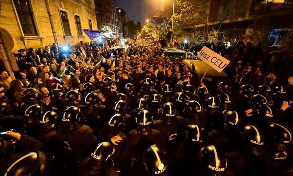Gegen die Vertreibung der Central European University (CEU) aus Ungarn wird seit Wochen demonstriert. Kritik am neuen Hochschulgesetz kommt auch aus den USA. / Bild: (c) APA/AFP/ATTILA KISBENEDEK (ATTILA KISBENEDEK)