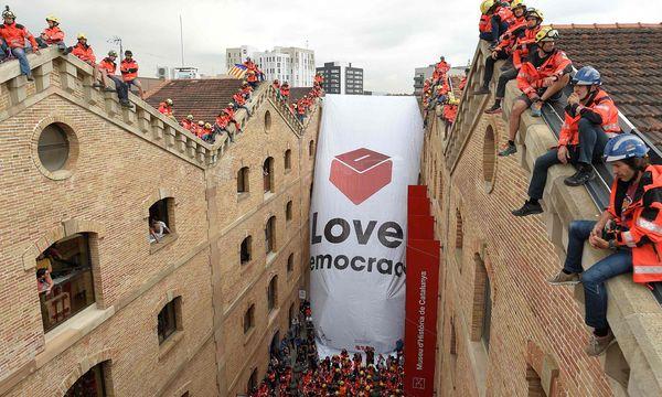 Auch die Feuerwehr macht in Barcelona Stimmung für die Unabhängigkeit. / Bild: (c) APA/AFP/LLUIS GENE (LLUIS GENE)