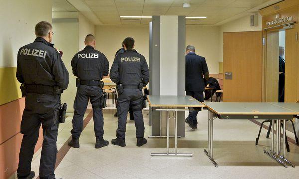 Auch vor dem Saal (Bild) wurde die Sicherheit hochgefahren, im Gerichtssaal selbst schützte ein Großaufgebot an Uniformierten den bedrohten Kronzeugen.  / Bild: APA/HERBERT NEUBAUER
