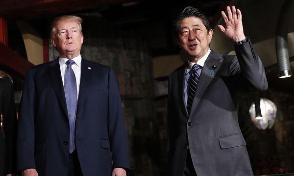 Start der Asien-Tour. US-Präsident Trump ist zu Gesprächen bei Japans Premier Abe. / Bild: (c) APA/AFP/POOL/KIM KYUNG-HOON