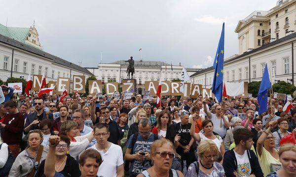 Seit Tagen wurde auch vor dem Präsidentenpalast in Warschau gegen die umstrittene Justizreform der polnischen Regierungspartei PiS protestiert. / Bild: (c) REUTERS