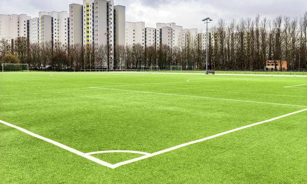 Etwa 8000 Quadratmeter misst ein Fußballfeld / Bild: (c) imago/CHROMORANGE (imago stock&people)