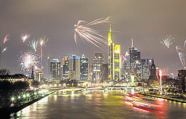Kommt 2018 die Zinswende? Die Bankenskyline Frankfurt zu Silvester 2017. /