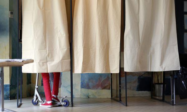 """""""Macht mich immer etwas nervös, wenn ich nicht zur Mama in die Wahlkabine darf"""", sagt der 9-jährige Ferdinand. / Bild: REUTERS"""