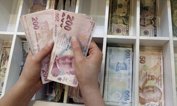 Für viele Waren müssen Türken immer mehr türkische Lira auf den Tisch blättern. / Bild: (c) REUTERS/MURAD SEZER
