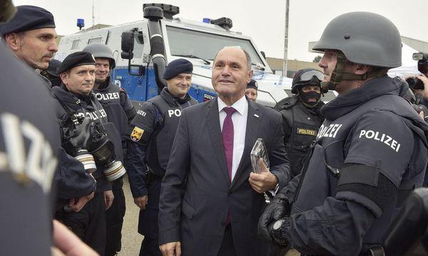 Archivfoto: Innenminister Sobotka bei einer Übung von Heer und Polizei in Maria Enzersdorf / Bild: (c) APA/HANS PUNZ