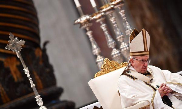 Papst Franziskus bei einer Messe am Gründonnerstag. / Bild: APA/AFP/ALBERTO PIZZOLI