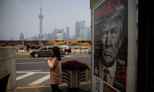 Grimmig blickt der US-Präsident von den chinesischen Kiosken. In Shanghai ist Trump schon lange Gesprächsthema, erst recht vor dem Treffen mit Staatschef Xi Jinping heute in Florida. / Bild: (c) REUTERS (Aly Song / Reuters)