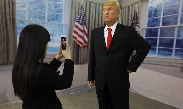 Eine Chinesin fotografiert Donald Trump. / Bild: APA/AFP/STR