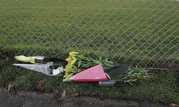 Blumen am Rand des Fußballplatzes in in Almere, wo der Linienrichter geschagen wurde. / Bild: Reuters