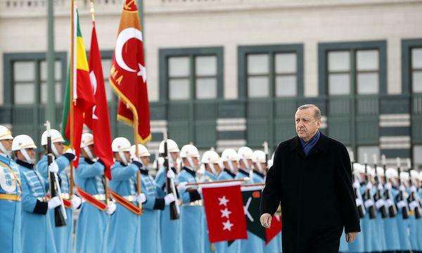 Erdogan vor einer Ehrengarde im Präsidentenpalast in Ankara. / Bild: REUTERS