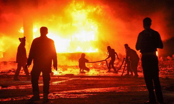 Feuersturm nach Luftangriff. Helfer in der Stadt Maaret al-Numan in der Provinz Idlib versuchen, einen Brand zu löschen. / Bild: (c) APA/AFP/AMER ALHAMWE