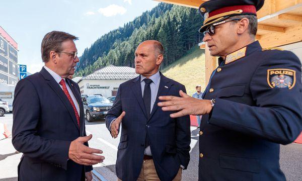 Landeshauptmann Günther Platter (l.) und Minister Wolfgang Sobotka besuchten am Montag den Brenner.  / Bild: (c) APA/EXPA/JOHANN GRODER