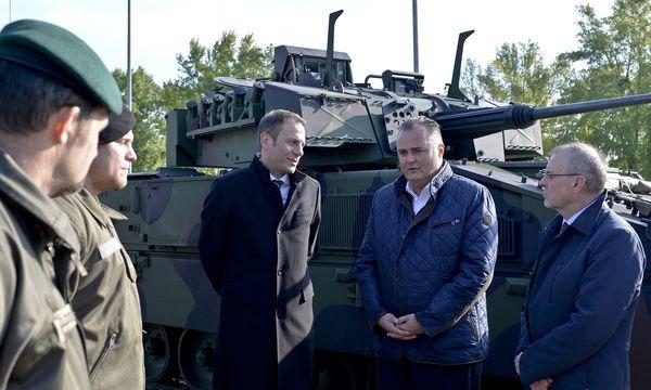 SPÖ-Nationalratsabgeordneter Harald Troch, Verteidigungsminister Hans Peter Doskozil (R/SPÖ) und Martin Reischer, Managing Director der General Dynamics European Land Systems- Steyr  / Bild: APA/HERBERT NEUBAUER