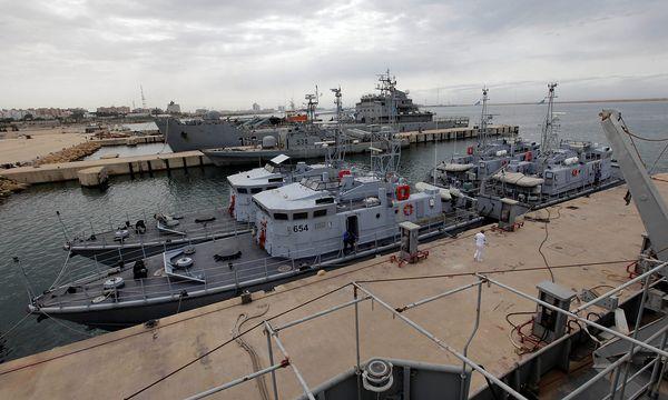 Die libyschen Schiffe der Küstenwache - hier vor Anker in Tripolis - sollen von der italienischen Marine unterstützt werden. / Bild: REUTERS