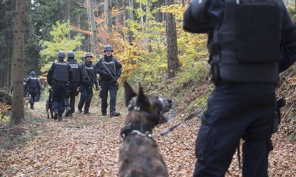 Nach dem Verdächtigen sucht mittlerweile eine Sonderkommission. / Bild: APA/ELMAR GUBISCH
