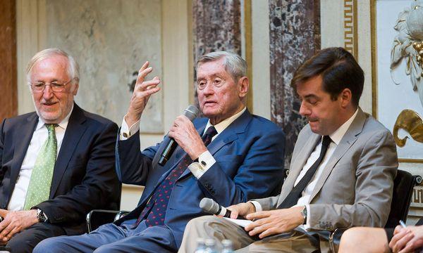 """Buchautor Josef Urschitz, Hannes Androsch und """"Presse""""- Chefredakteur Rainer Nowak (v. l. n. r.) bei der Buchpräsentation. / Bild: (c) Akos Burg"""