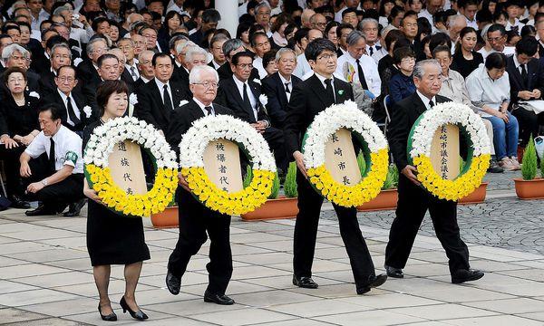 Kranzniederlegung zum Atomgedenken. / Bild: APA/AFP/JIJI PRESS/STR