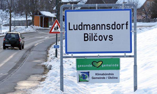 Symbolbild: Die zweisprachige Ortstafel von Ludmannsdorf mit deutscher und slowenischer Ortsbezeichnung. / Bild: (c) APA (GERT EGGENBERGER)
