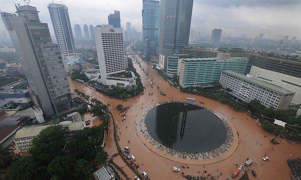 Das Zentrum Jakartas schwimmt in einer braunen Hochwasser-Suppe. / Bild: (c) AP