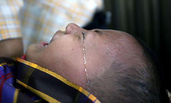 Symbolbild: Ein Baby weint bei der Beschneidung in Indonesien. / Bild: AP