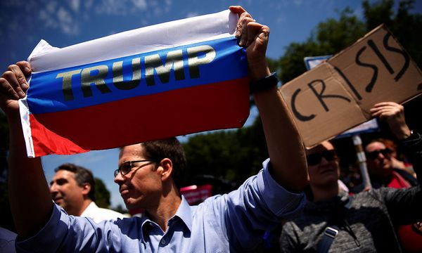 In den USA protestierten auch am Freitag Menschen gegen die Entlassung des FBI-Chefs James Comey. Dieser Mann hält eine Russland-Flagge in die Höhe. / Bild: (c) REUTERS (Jonathan Ernst)