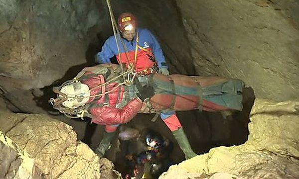 Die Bergung des Höhlenforschers  / Bild: APA/EPA/BAVARIAN MOUNTAIN RESCUE