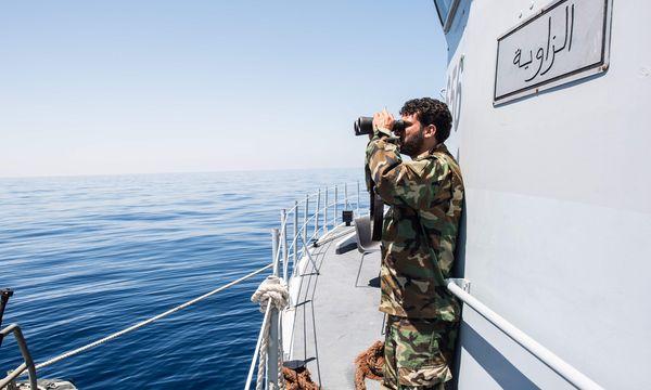 Libysche Küstenwache im Mittelmeer: Italien will gemeinsam mit der libyschen Regierung Migrantenboote stoppen. Über die genaue Art des Einsatzes herrscht in Rom allerdings Verwirrung. / Bild: (c) APA/AFP/TAHA JAWASHI