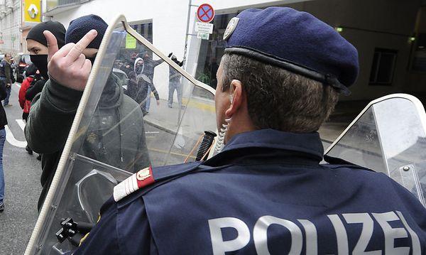 Randalierende ''linke Chaoten''? Überbordende Polizeigewalt? Der Schlagabtausch vom Samstag geht nun per Medien weiter.  / Bild: APA/HERBERT PFARRHOFER