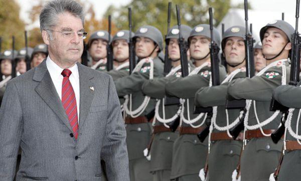 Fischer mit Soldaten / Bild: (c) APA (Herbert P. Oczeret)