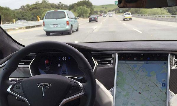 Der Tesla Model S im Autopilot-Modus. / Bild: REUTERS