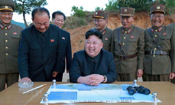 Ein gewohnt gut inszeniertes Bild der nordkoreanischen Führung beim Raketentest einer Hwasong-12, publiziert im Mai 2017. / Bild: REUTERS