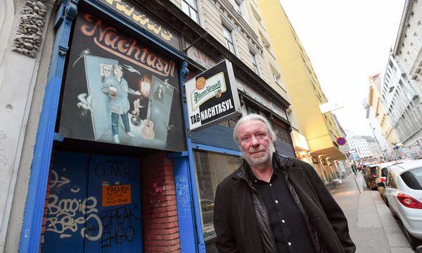 Jiří Chmel vor seinem Lokal, Nachtasyl, in der Stumpergasse im sechsten Wiener Gemeindebezirk. / Bild: (c) DIMO DIMOV